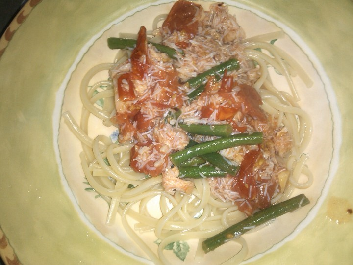 Crab, tomato and chilli linguine with green beans